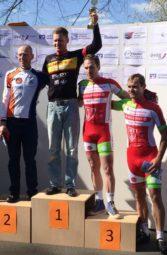 Siegerehrung in Hungen mit zwei Radsportlern des Regio Teams der MT Melsungen, ganz rechts Hans Hutschenreuter (4.), daneben Roman Kuntschik (3.). Foto: nh