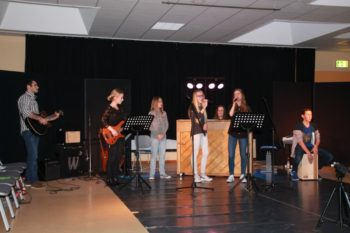 Johannes Fink (Leiter der Schulband), Paula Marie Zülch am Bass, Luise Günther, Laura Knuth, Hanna Walter am Klavier, Alida Scheibli und Henry Werner am Cajon (v.l.). Foto: nh