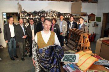 Udo van der Kolk, der Herr der Fäden, mit seinen Gästen. Foto: nh