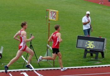 Lorenz Funck hatte zu diesem Zeitpunkt noch zwölf Runden vor sich. Am Ende wurde der Jugendliche Siebter im 5000-Meter-Lauf der Männer. Foto: nh