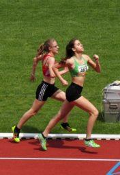 Zehn Meter vor dem Ziel lag noch Lea Ludwig aus Hess. Lichtenau vor Lynn Olson. Aber auf der Ziellinie fing die 15-Jährige aus Adelshausen das Lauftalent aus Lichtenau noch um 0,02 Sekunden ab. Foto: nh
