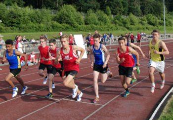 Start zum 800-Meter-Lauf der U20 sowie der U18. Foto nh