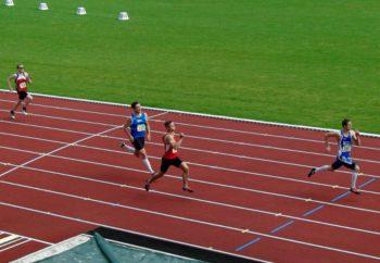 Dennis Horn qualifiziert sich mit 22,43 Sekunden hinter Hieronymi (21,99), aber vor Steffen Trenk (22,78) für das 200-Meter-Finale. Foto: nh