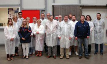 Im Wareneingangsbereich: 15 Pädagogen informierten sich darüber, wie Blutplasma gewonnen und gelagert wird. Foto: nh