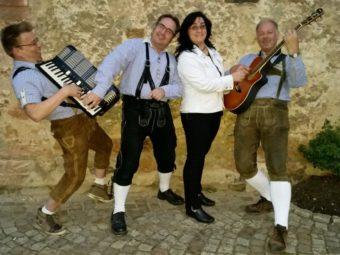 Für die musikalische Unterhaltung sorgt die Alpentross Band. Foto: nh