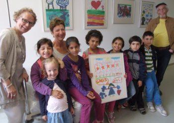 Junge Künstler: Die Flurwände der Station drei des Asklepios Klinikums Schwalmstadt schmücken Gemälde von Flüchtlingskindern aus unterschiedlichen Herkunftsländern. Gemeinsam mit Astrid Schlemmer, Hella Barwe und Abdul Salam Aburayn (von links) stellten die Kinder ihre Bilder vor. Foto: Klein
