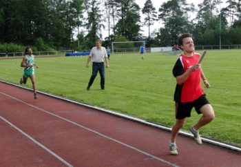 Ein packendes Rennen lieferten sich die Schlussläufer Christian Schulz und Anbassajer Bisrat Hagos (PSV Grün-Weiß Kassel). Foto: nh