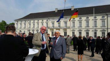 Jürgen Kreuzberg und Heinz Engelhardt vor dem Schloss Bellevue beim Empfang des Bundespräsidenten. Foto: kh