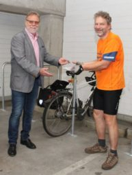 Erster Stadtrat Detlef Schwierzeck bei der Schlüsselübergabe an Ulrich Wüstenhagen für einen Stellplatz in der neu errichteten Fahrradsammelgarage im Parkhaus Treysa. Foto: nh