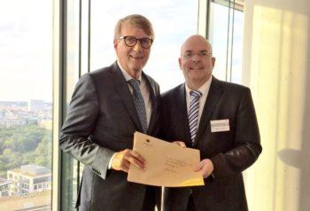 MdB Dr. Edgar Franke überreicht dem Bahnvorstand Ronald Pofalla die Resolution der Gemeindevertretung Wabern für einen Erhalt des IC-Halts in Wabern. Foto: nh