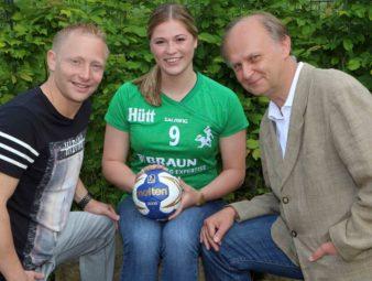 Trainer Christian Denk, Torfrau Frederikke Siggaard und SG-Sponsor Jürgen Steuer (v.l.). Foto: Richard Kasiewicz