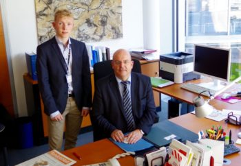 Pascal Hartmann im Büro des Abgeordneten Dr. Edgar Franke. Foto: nh