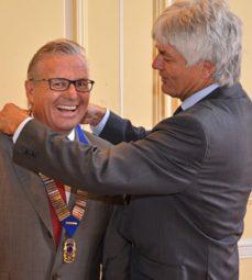 Uli Neudecker (rechts) übergibt das Amt des Präsidenten im Lions Club Melsungen an seiner Nachfolger Arved Berent. Foto: Björn Schönewald