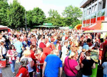Vor der Rothenbach-Halle feierte man bei strahlendem Sonnenschein die beste MT-Saison in der 90-jährigen Vereinsgeschichte. Foto: Hartung
