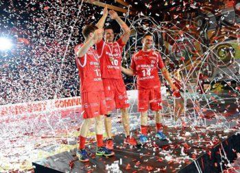 Nach dem Spiel wurden Jan Forstbauer, Malte Schröder und Christian Hildebrand vor weiterhin vollbesetzten Rängen gebührend verabschiedet. Foto: Hartung