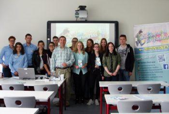 Schüler des Schwalmgymnasiums mit Andreas Göbel, Verantwortlicher für die Berufsorientierung an dieser Schule, sowie Auszubildende und Mitarbeiter der Firma Konvekta. Foto: nh