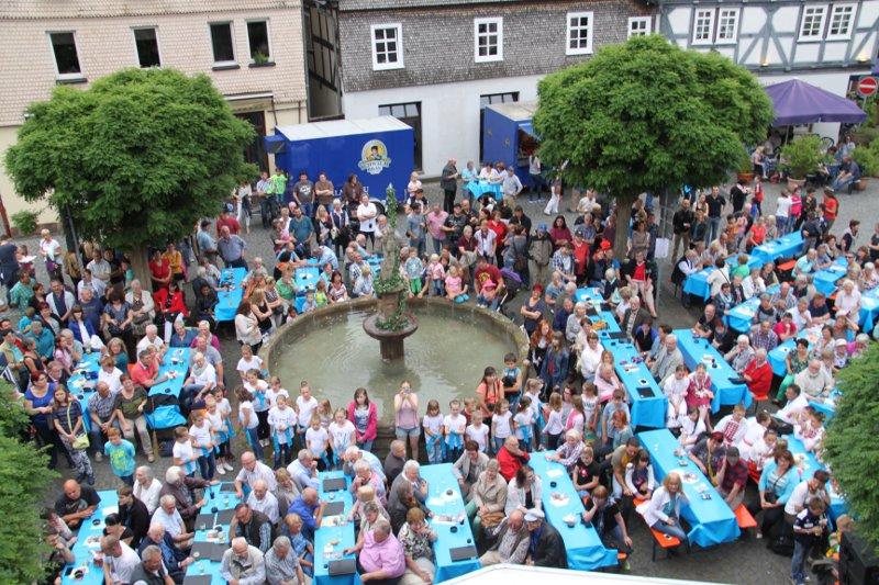 Rund um den Johannisbrunnen feiern die Treysaer und ihre Gäste das Johannisfest. Foto: nh