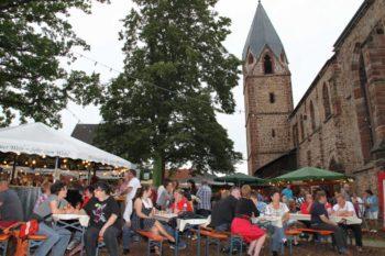Tolle Kulisse: Die Totenkirche, das Wahrzeichen von Treysa. Foto: nh