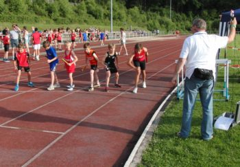 Start zur 3x800m-Staffel der MU14. Foto: nh
