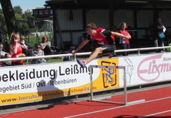 Tobias Stang über der dritten Hürde. Foto: nh