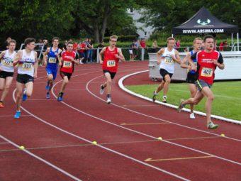 800-Meter-Finale der MU20: Christian Schulz hat sich an die Spitze gesetzt und sorgt für ein flottes Tempo. Foto: nh
