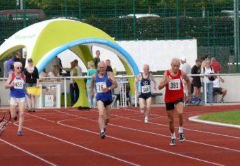 80 Meter vor dem 400-Meter-Ziel: Harry Geier zündet seinen Turbo und lässt die Konkurrenz stehen. Foto: nh