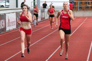 Katharina Wagner und Maren Ruckert aus Hannover stürmen auf gleicher Höhe dem Ziel entgegen. Foto: nh