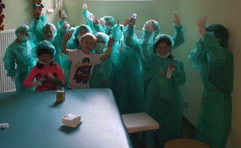 Spielerisch den Krankenhausalltag kennengelernt: Kinder aus dem städtischen Kindergarten Röhrenfurth verkleideten sich während ihres Besuchs im Asklepios Klinikum Melsungen als Ärzte. Foto: nh