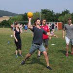 Die gegnerische Mannschaft im Visier: Trotz schweißtreibender Temperaturen knieten sich die Teams beim Völkerball voll rein. Foto: Klein