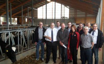 Bernd Siebert MdB zu Besuch beim landwirtschaftlichen Betrieb der Familie Ochse in Dörnholzhausen. Hier mit Familie Ochse, Vertretern der örtlichen CDU und des Kreisbauernverbandes. Foto: nh
