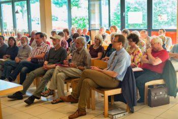 Zuhörer und Gäste des Abends mit Bürgermeister Volker Steinmetz. Foto: Andreas Hahn