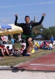 Wer fliegt denn da? Uns das direkt vor der Felsburg? Muhammed Gahtan landete mit einem tollen Sprung von 5,10 m in der Weitsprunggrube des Felsburgstadions. Foto: nh