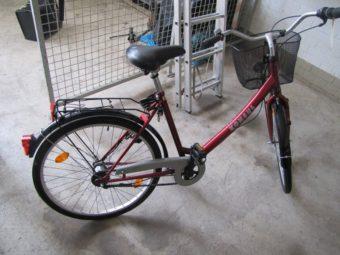 Das in der Nähe des Tatortes aufgefundene rote Fahrrad. Foto: Polizeipräsidium Nordhessen/obs