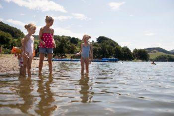 Baden kann man gut in den schönen Seen der Region. Foto: GrimmHeimat NordHessen