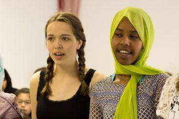 Katharina und Fatuma bei der Chorprobe. Foto: Leon Frohnert/Kultursommer Nordhessen