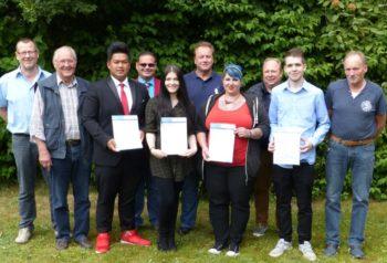 Die neuen Maler- und Lackierer erhielten auf der Gesellenfreisprechungsfeier in Homberg ihre Prüfungszeugnisse. Foto: nh