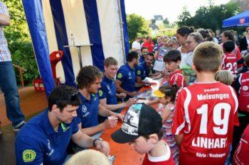 Auch im vergangenen Jahr präsentierten sich die Bundesliga-Handballer der MT im Schlossgarten. Foto: Hartung
