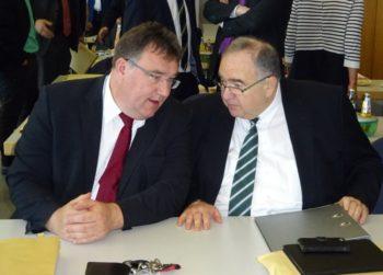 Mark Weinmeister und Bernd Siebert (v.l.) im Gespräch. Foto: nh