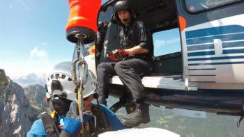 In schwindelnder Höhe am dünnen Drahtseil: Ärztin Bettina Schmidt kurz vor dem Einstieg in den Hubschrauber. Dieses Foto machte Andreas Spratte mit seiner Helmkamera, der ebenfalls mit am Windenseil hing. Foto: Spratte