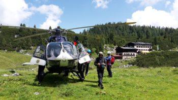 Vor dem Abflug im Übungsgebiet der Berchtesgadener Alpen: An Bord eines Eurocopter Typ 145 der Hessischen Polizeihubschrauber-Fliegerstaffel aus Egelsbach, trainierten die Mitglieder der Bergwacht das Absetzen und Aufnehmen von Personen sowie das sogenannte Anlanden im unwegsamen Gelände. Foto: Spratte