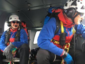 Blick in die Tiefe: Andreas Spratte konzentriert sich kurz vor dem Helikopterausstieg auf das anschließende Abseilen. Foto: Schmidt