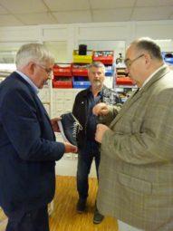 Geschäftsführer Willi Mander erklärt Bernd Siebert MdB den Aufbau eines orthopädischen Schuhs. Foto: nh