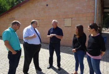 Wilfried Mihr vom Kultur- und Geschichtsverein stellt die Anlage an der Pfingstweide vor. Foto: nh
