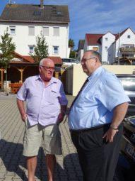 Bernd Siebert im Gespräch mit dem Ortsvorsteher von Unshausen Dieter Corpataux. Foto: nh