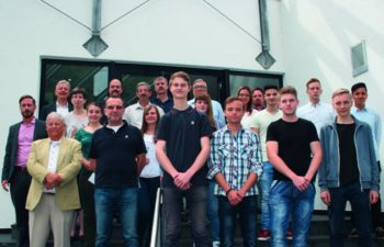 Geschäftsführer Conrad Fischer (hintere Reihe links) mit den Abteilungsleitern, neuen und übernommenen Azubis, Jubilaren sowie neuen Mitarbeitern. Foto: hmk