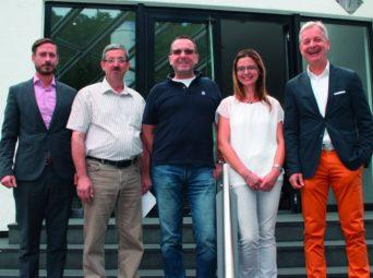 Prokurist Sebastian Härtig, die Jubilare Ottmar Jäger, Jörg Fischer und Melanie Schirok sowie Geschäftsführer Conrad Fischer (v.l.). Foto: hmk
