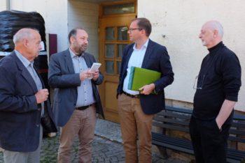 Hans Poth (Stadtrat), Christopher Willing (Vorsitzender des Vereins Synagoge Center Felsberg), Matthias Wagner (MdL) und Ulrich Hernmark (Architekt) (v.l.). Foto: nh