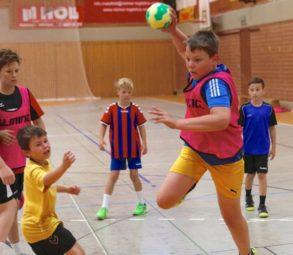 Fynn Daude aus Bad Wildungen lernt den Sprungwurf im Handballcamp der SG 09 Kirchhof. Foto: SG 09 Kirchhof