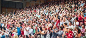Fans in der Kasseler Rothenbach-Halle. Foto: Alibek Käsler