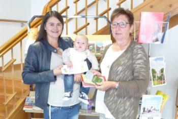 Gewinnübergabe Rotkäppchenwoche: Janina und Malte Riebeling mit Heidrun Englisch. Foto: nh